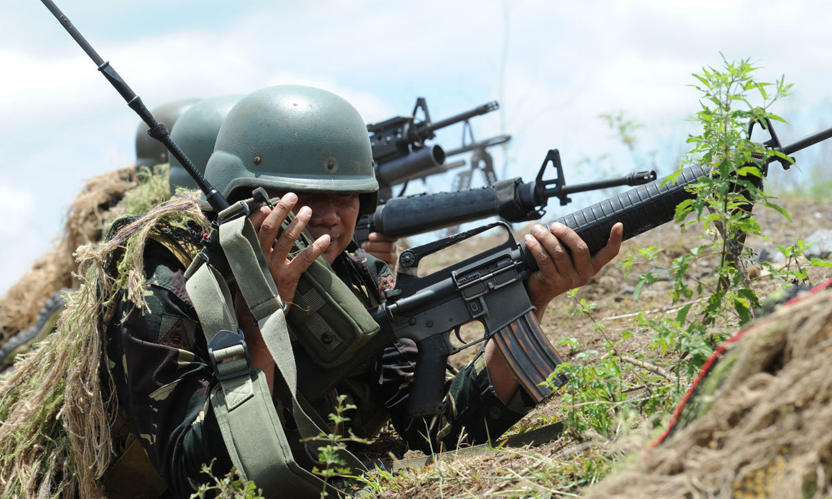Philippine soldiers fire their weapons during a live fire exercise with their US counterpart (not pictured) at Fort Magsaysay, in Nueva Ecija province north of Manila on May 10, 2014. – Photo by AFP