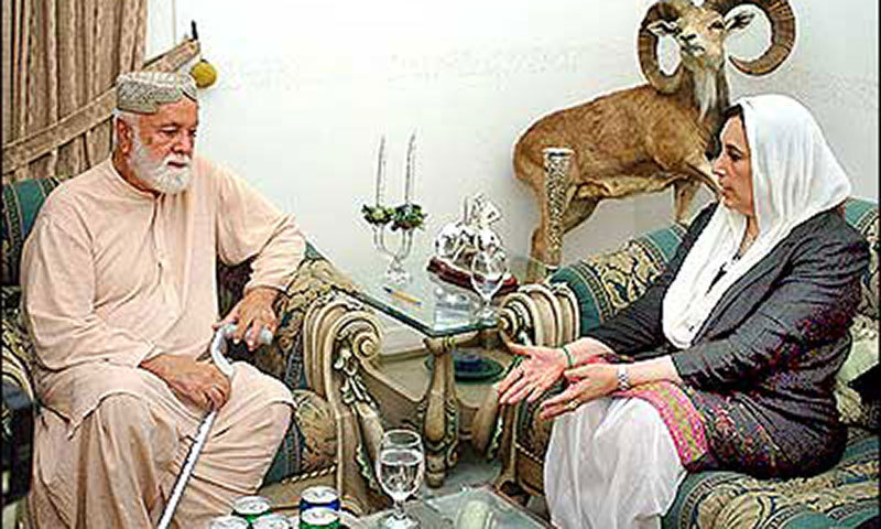 Nawab Khair Bakhsh Marri can be seen with slain PPP leader and former prime minister of Pakistan, Benazir Bhutto. – File Photo