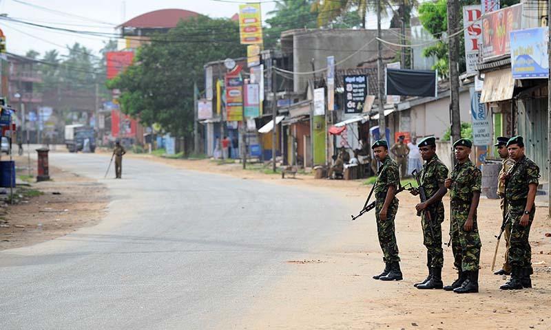 سری لنکا کی اسپیشل ٹاسک فورس حالیہ فرقہ وارانہ فسادات کے بعد جنوبی سیاحتی قصبے میں تعینات ہے—۔فوٹو اے ایف پی