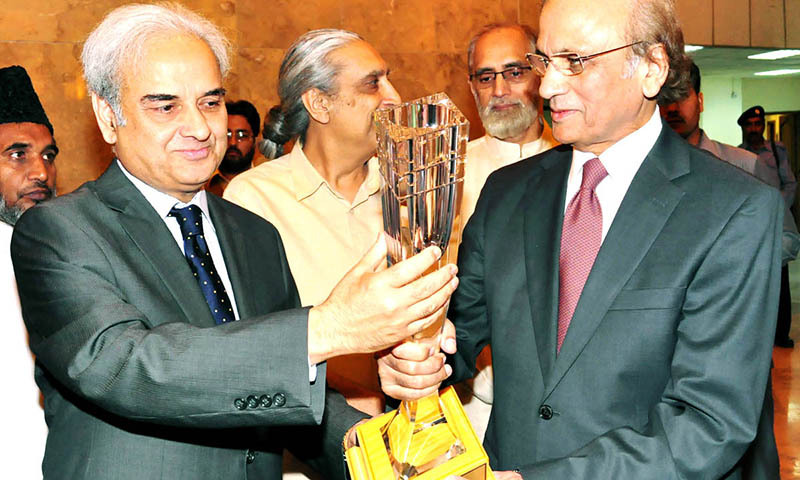 Designate Chief Justice Justice Nasir-ul-Mulk along with other judges of Supreme Court presenting shield to Chief Justice of Pakistan Justice Tassaduq Hussain Jillani on the eve of his retirement in Supreme Court.— Photo by Online