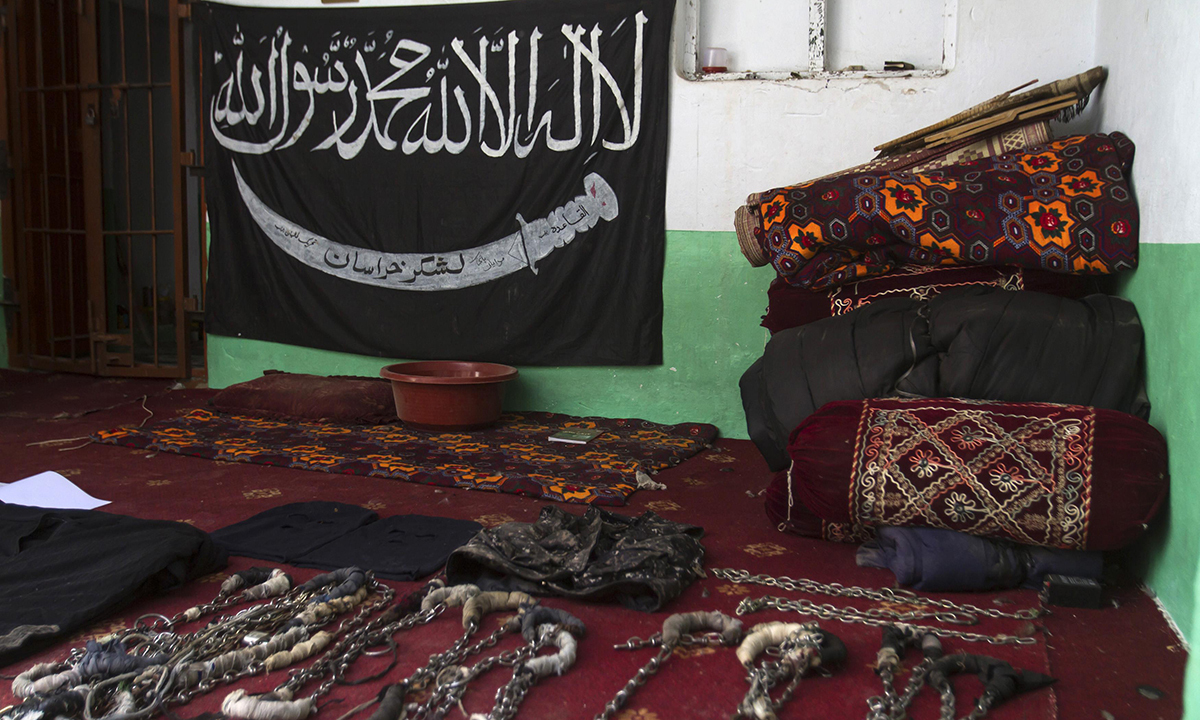 A black Jihad flag, handcuffs and chains are displayed in a house used by Taliban militants as a prison after a military operation against the militants in the town of Miranshah in North Waziristan July 9, 2014. The Pakistani military has seized control of 80 percent of Miranshah, the capital of the remote North Waziristan tribal region where the military launched an operation against Islamist militants last month, a general said Wednesday. Picture taken July 9, 2014. REUTERS/Maqsood Mehdi (PAKISTAN - Tags: POLITIC