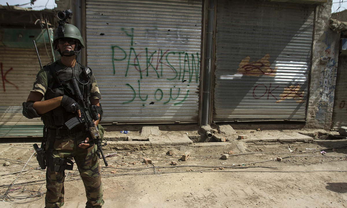 A Pakistani soldier stands in front of closed shops during a military operation against Taliban militants in the town of Miranshah in North Waziristan July 9, 2014. The Pakistani military has seized control of 80 percent of Miranshah, the capital of the remote North Waziristan tribal region where the military launched an operation against Islamist militants last month, a general said Wednesday. Picture taken July 9, 2014.   REUTERS/Maqsood Mehdi (PAKISTAN - Tags: POLITICS CIVIL UNREST MILITARY)