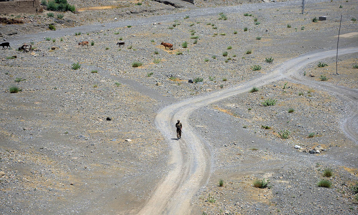 This photograph taken on July 9, 2014 shows a Pakistani soldier patrol during a military operation against Taliban militants, in the main town of Miranshah in North Waziristan.   Pakistan's military says its anti-militant offensive in a northwestern tribal area has now taken control of 80 percent of a strategic town, as a US drone strike on July 10 killed six suspected insurgents. AFP PHOTO/Aamir QURESHI