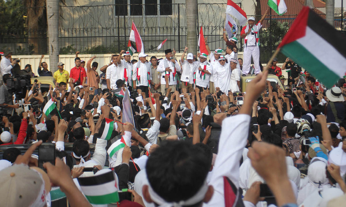 Indonesian presidential candidate Prabowo Subianto (C) addresses a huge pro-Palestine rally in Jakarta on July 11, 2014.— Photo by AFP