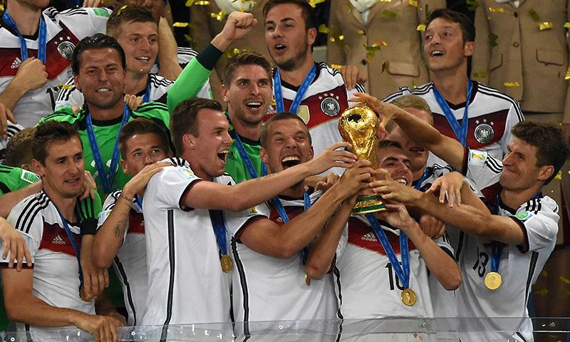 فاتح ٹیم ورلڈ کپ کے ساتھ۔ —اے ایف پی