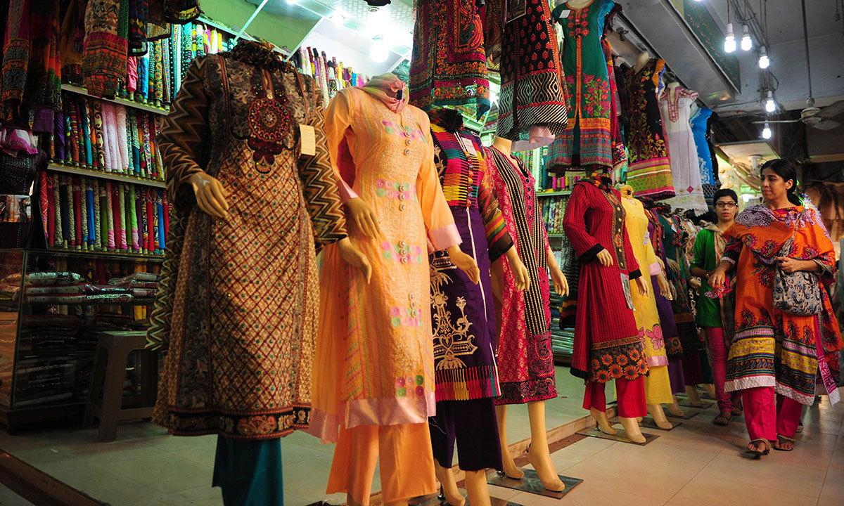 کراچی میں لڑکیاں عید کے لیے شاپنگ کرنے میں مصروف ہیں۔ — اے ایف پی/فائل