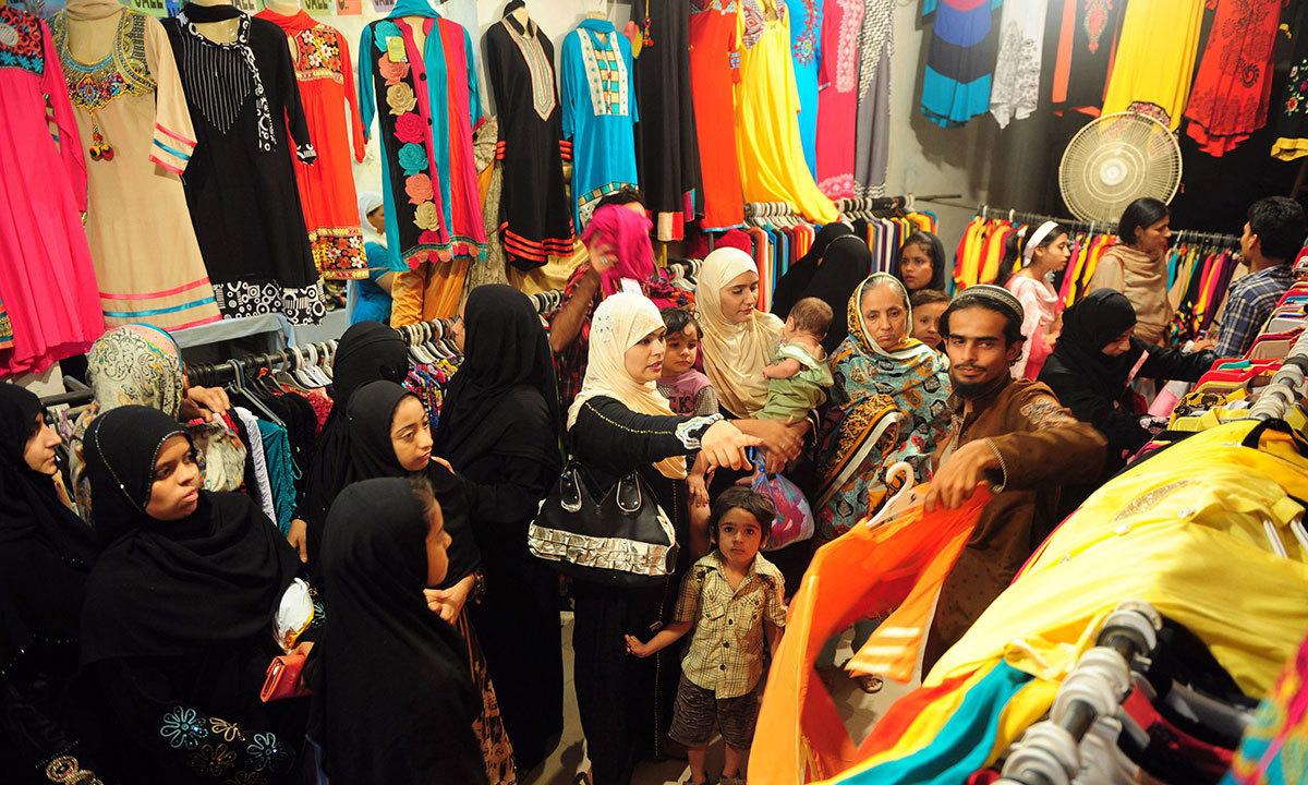 کراچی کی ایک مارکیٹ میں خواتین کپڑے پسند کر رہی ہیں۔ —اے ایف پی/فائل
