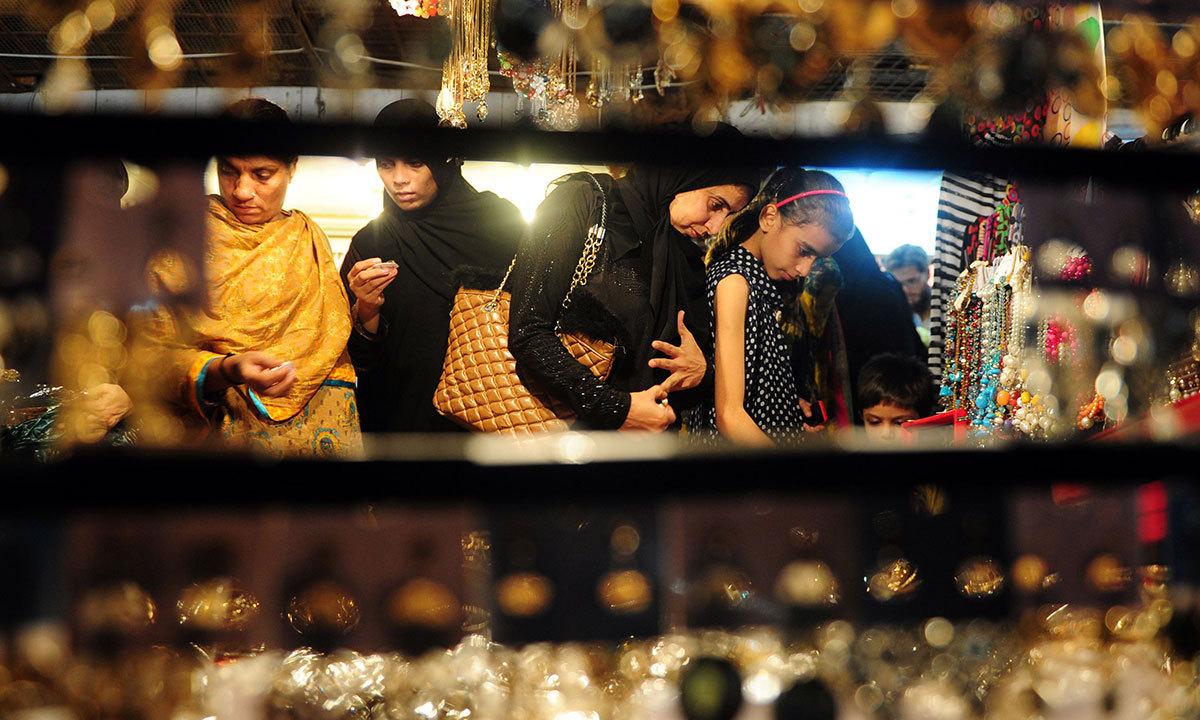 کراچی کے ایک بازار میں خواتین جیولری پسند کر رہی ہیں۔ — اے ایف پی/فائل