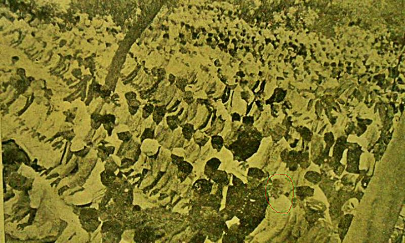 قائد اعظم محمّد علی جناح، آخری صفوں میں نماز عید ادا کرتے ہوئے -- فوٹو بشکریہ -- عقیل عبّاس جعفری