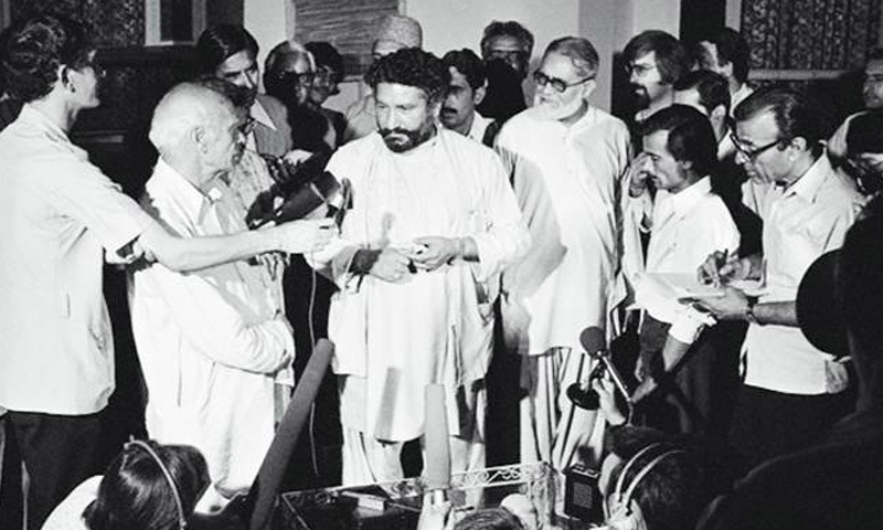 Pir Pagara talking to the media at the Karachi Press Club during PNA's protest movement against the Bhutto regime (April 1977).