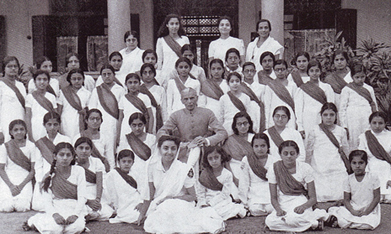 Jinnah with members of the women's wing of the All India Muslim Students Federation. The wing was also called 'Muslim Women's Guards.'