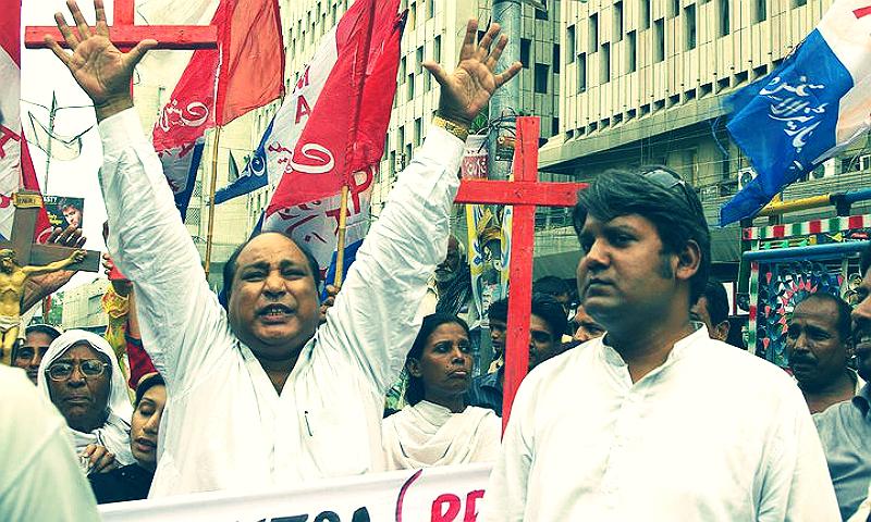 مائیکل جاوید (بائیں) احتجاجی مظاہرے کی قیادت کرتے ہوئے -- فوٹو --  اختر بلوچ