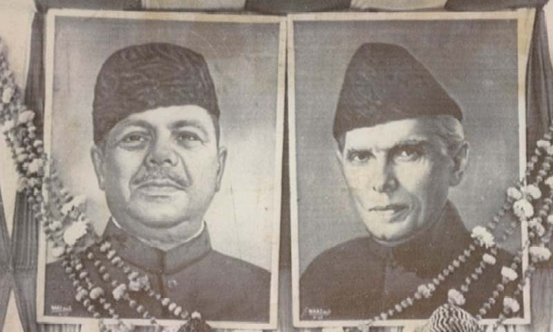 ایوب خان اور محمد علی جناح کی اسٹیج پر لگی ایک تصویر— وائٹ اسٹار فوٹو
