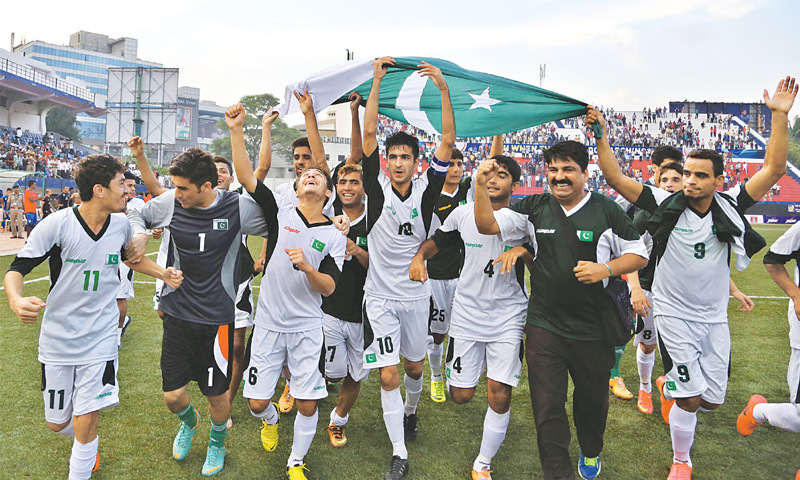 Kaleemullah (c) celebrates Pakistan's 2-0 win over India in Bangalore. — AP