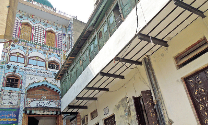 A colonial style balcony of an old house near the main Jamia Mosque in Lal Kurti.
