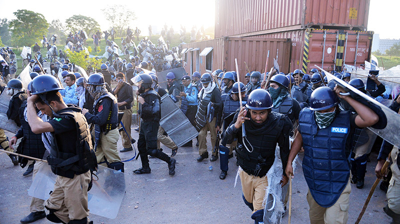 Pakistani riot police return after clashes with supporters - AFP