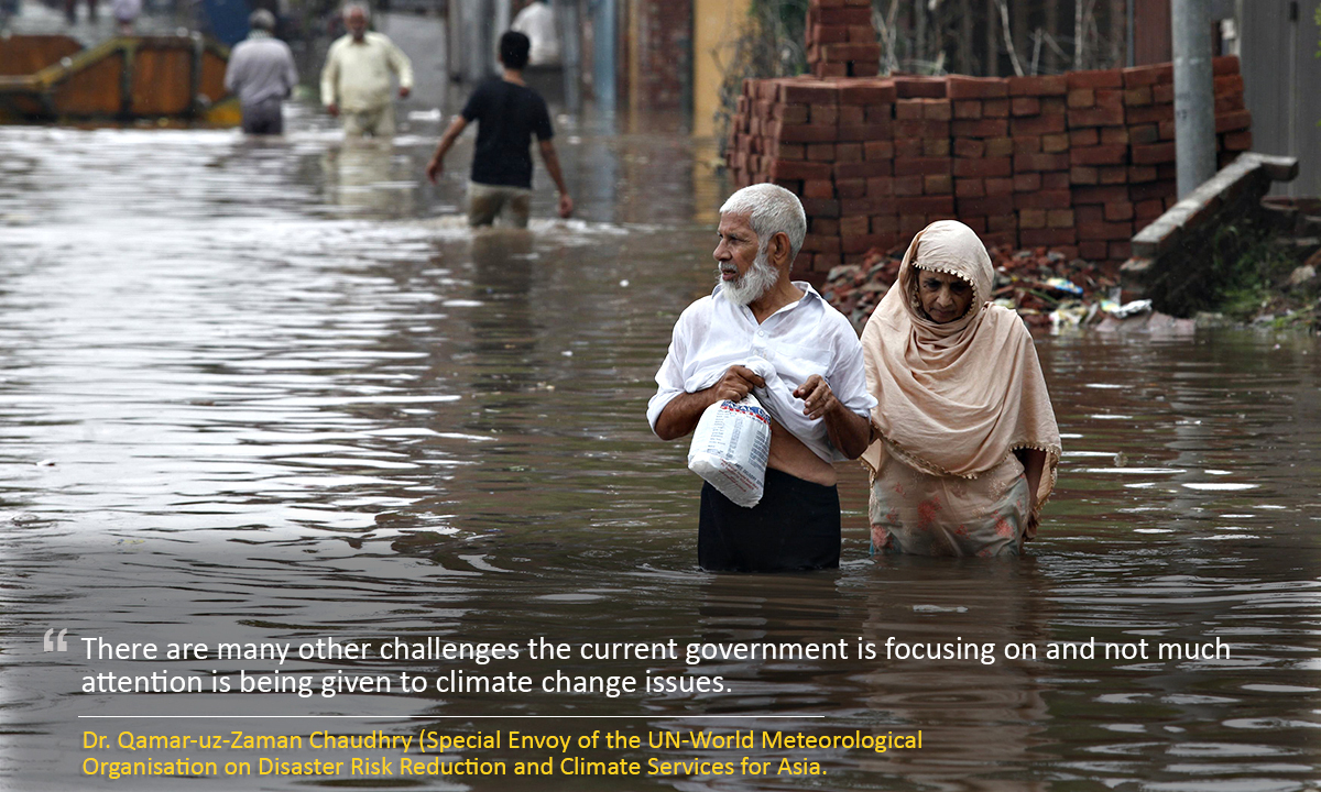 A couple wades through a flooded road after heavy rains in Lahore September 4, 2014. At least 73 people have been killed across Pakistan after heavy rains brought flash floods and caused homes to collapse in the Punjab and Kashmir regions, government officials said Friday. Picture taken September 4, 2014. REUTERS/Mohsin Raza ( Pakistan - Tags: DISASTER ENVIRONMENT)