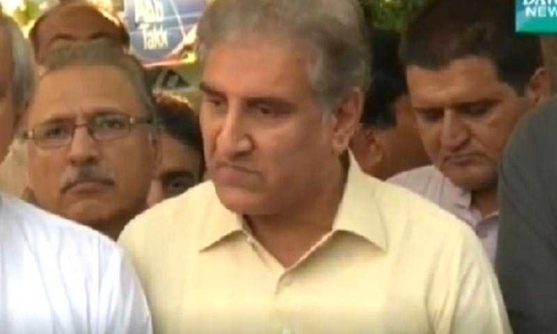 Shah Mehmood Qureshi talking to mediapersons outside the residence of PTI General Secretary Jahangir Tareen Khan. — DawnNews screengrab
