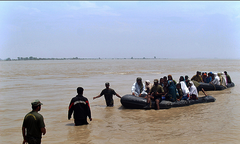 Pakistan Navy personnel busy in flood relief operation near Chiniot and Jhang. — Photo by APP