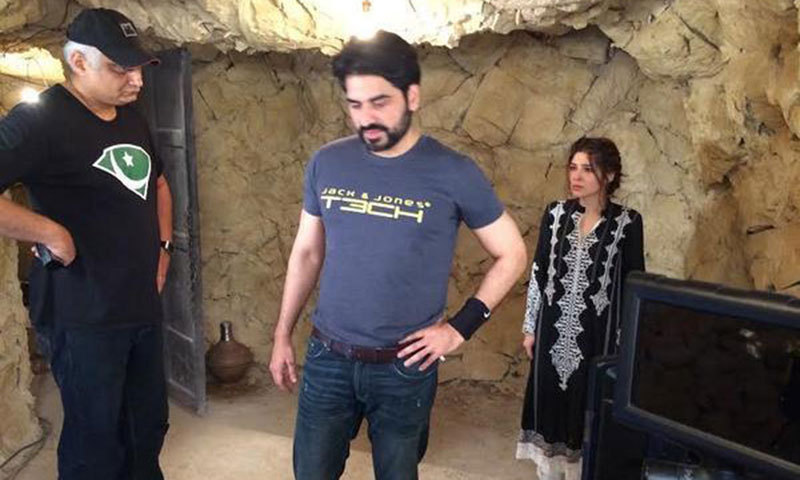Humayun Saeed and Ayesha Omer on Yalgaar's set. – Photo courtesy galaxylollywood.wordpress.com