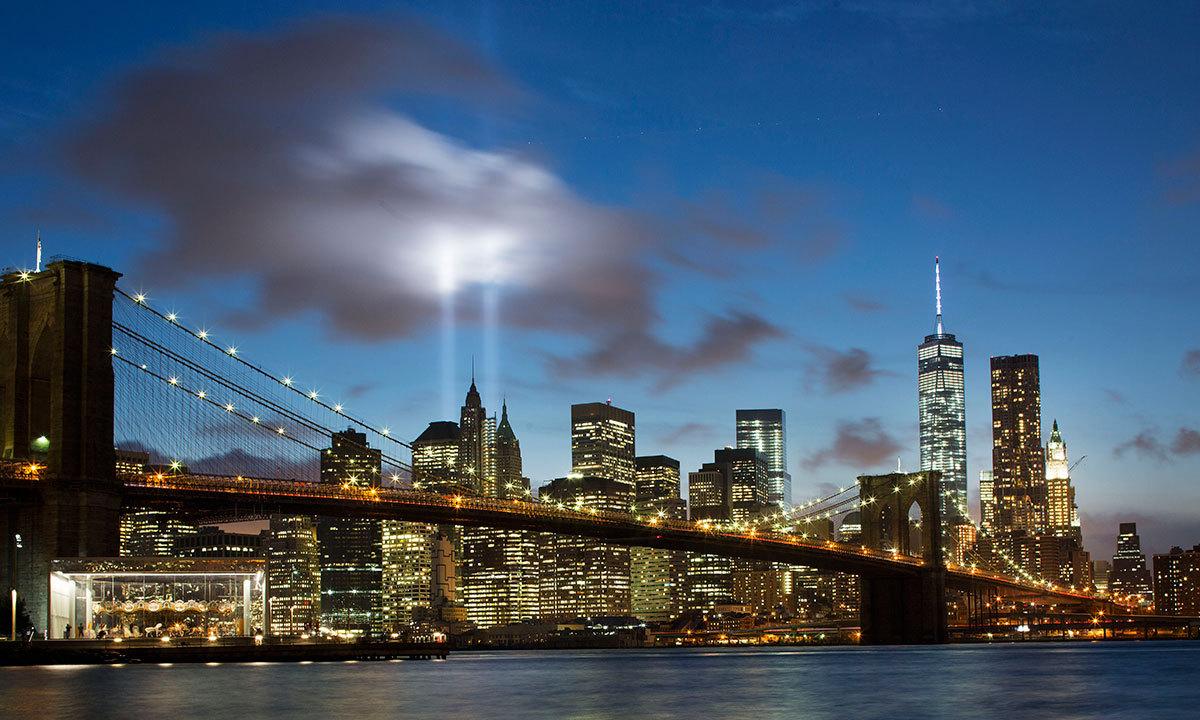 گزشتہ روز ورلڈ ٹریڈ سینٹر کے مقام کو بھر پور روشن کیا گیا — اے پی فوٹو