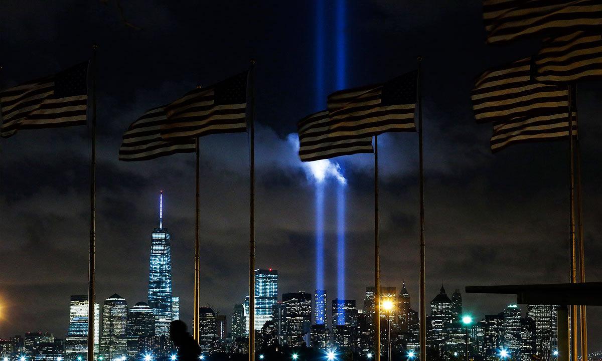 روشنی میں جھلملائے ورلڈ ٹریڈ سینٹر کا نظارہ — رائٹرز فوٹو