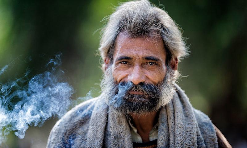 قصور میں بابا بلھے شاہ کے مزار پر موجود ایک بے گھر ذہنی مریض  — فوٹو سعد سرفراز