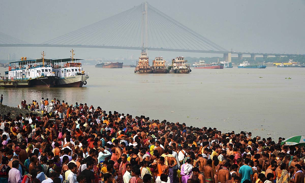 "Devotees perform 'Tarpan' rituals to pay obeisance to their forefathers on the last day of ""Pitrupaksh"", or days for offering prayers to ancestors, on the banks of the River Ganges in Kolkata on September 23, 2014. — Photo by AFP"