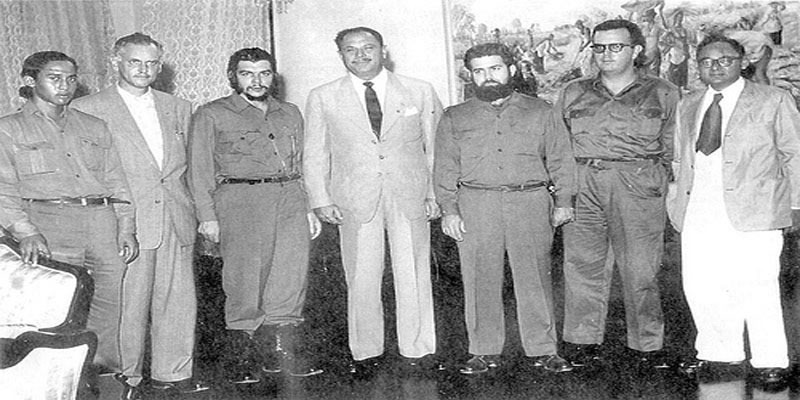 The Marxist revolutionary, Che Ernesto Guevara, standing along side Pakistan's first military dictator, Ayub Khan
