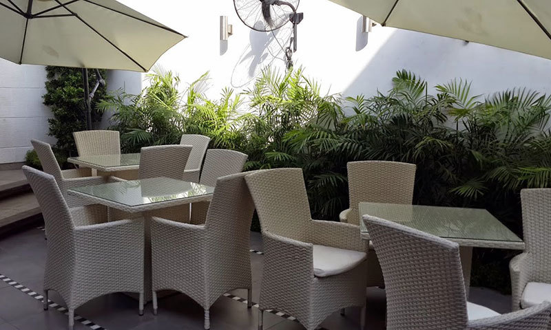 The outside seating area surrounded by plants. – Photo by author