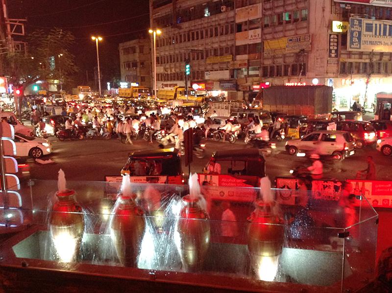 ٹریفک کا عذاب، حیدرآباد کے پیراڈائز بریانی سینٹر سے ایک منظر۔