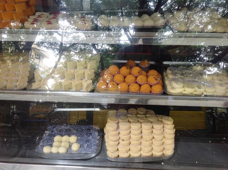 جس طرح پاکستان میں جگہ جگہ امرتسری اور جالندھری مٹھائیوں کی دکانیں پائی جاتی ہیں، اسی طرح سرحد کے اس پار لائلپوری اور لاہوری مٹھائیاں ملتی ہیں۔