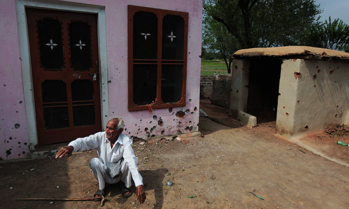 Indian villager Kartar Chand (80) describes an alleged cross-border exchange between Indian and Pakistani soldiers in which two members of a family were reported to have been killed at Chilayari village in Samba district, some 50 kms from Jammu on October 8, 2014. — Photo by AFP