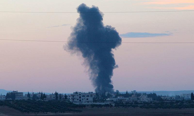 حلب پر شام  کے صدر بشار الاسد کی حامی فوج کی بمباری کے بعد دھواں بلند ہو رہا ہے۔(فوٹو:رائٹرز)۔