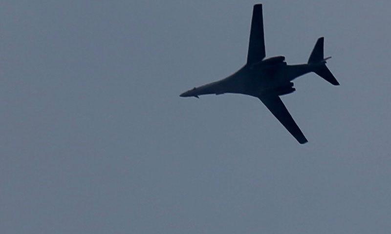 ایک امریکی جنگی جہاز شام میں داعش کے ٹھکانوں پر بمباری کے بعد واپس جا رہا ہے۔ (فوٹو:اے پی)۔