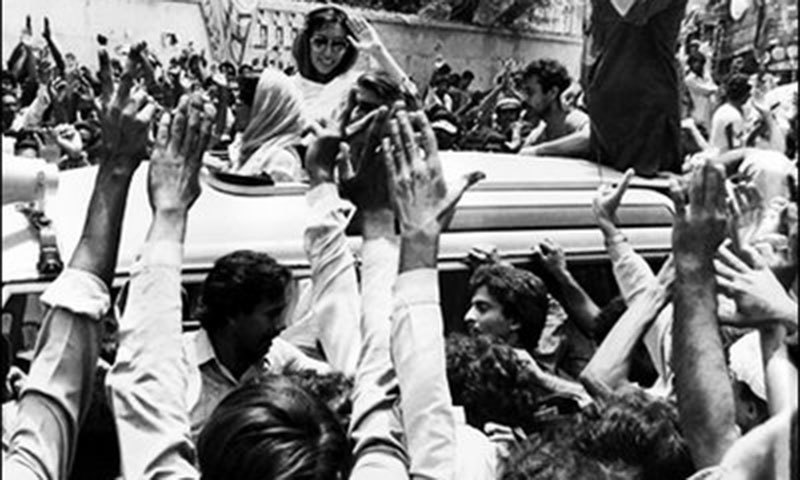 Benazir surrounded by jiyalas on her return from exile in 1986.