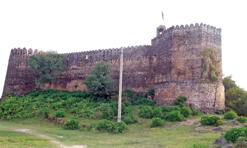Sangni Fort is located on the border between Kashmir and Gujar Khan. During the Sikh period it was used as a garrison checkpost.
