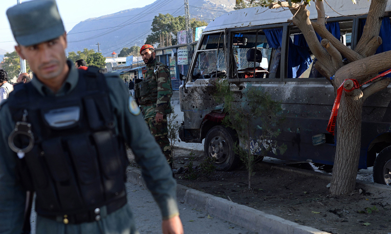 حکام کے مطابق بم دھماکے میں 12 اہلکار زخمی بھی ہوئے جن میں چھ عام شہری بھی شامل ہیں۔