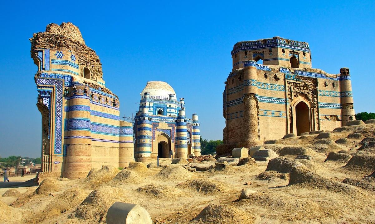 اوچ شریف میں بی بی جیوندی کا مقبرہ— فوٹو شاہ زمان بلوچ
