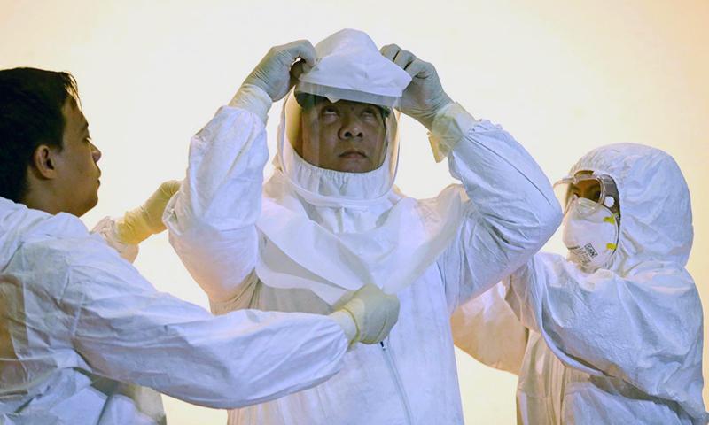 فلپائن میں ملک کو ایبولا سے پاک رکھنے کی حکومتی کوششوں کے سلسلے میں ایک ریسرچ انسٹیٹیوٹ میں ایبولا سے نمٹنے کی مشق کی جارہی ہے۔ —. فوٹو اے پی