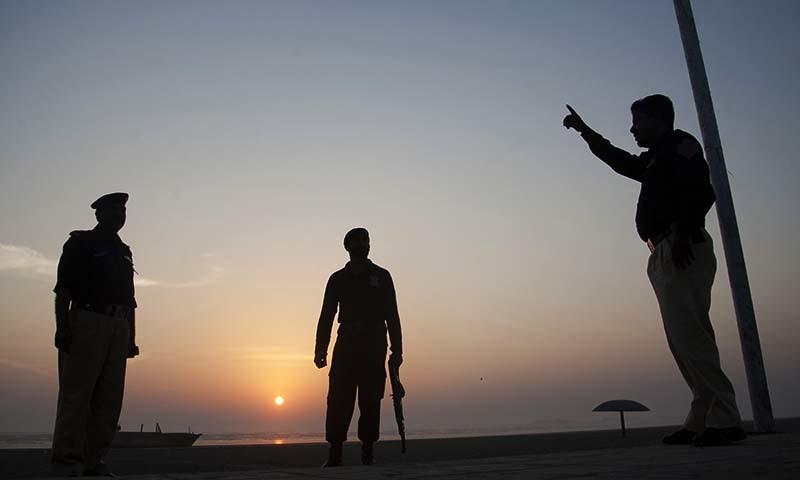 سمندر میں نہانے پر پابندی کے بعد سیکیورٹی اہلکار ساحلوں پر تعینات کی گئے ہیں— فوٹو اے پی