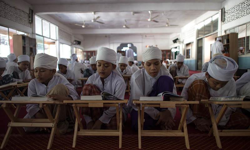 چین کے مسلم اکثریتی صوبے سنکیانگ کے اسکولوں میں اساتذہ اور بچوں سے کہا گیا ہے کہ وہ اسکول یا گھر پر مذہبی روایات عمل نہیں کریں گے—۔فوٹو بشکریہ ہفنگٹن پوسٹ