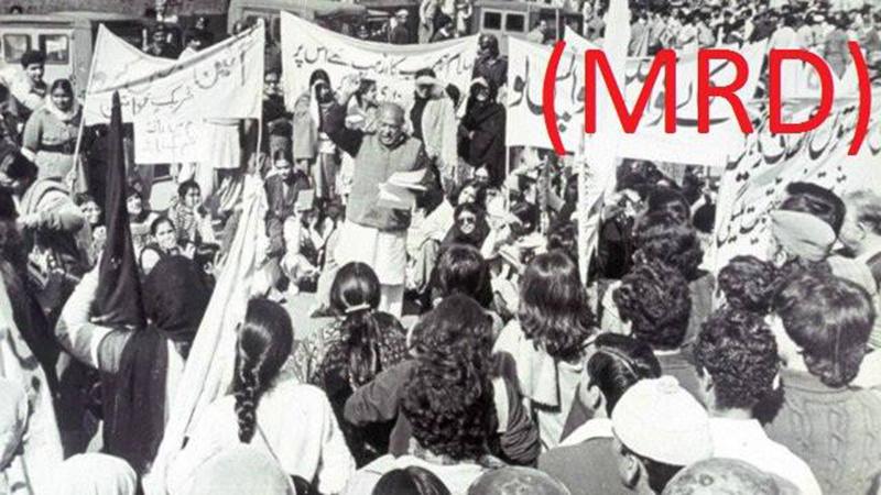 Revolutionary poet Habib Jalib reciting a poem at a MRD rally in Lahore (1983).
