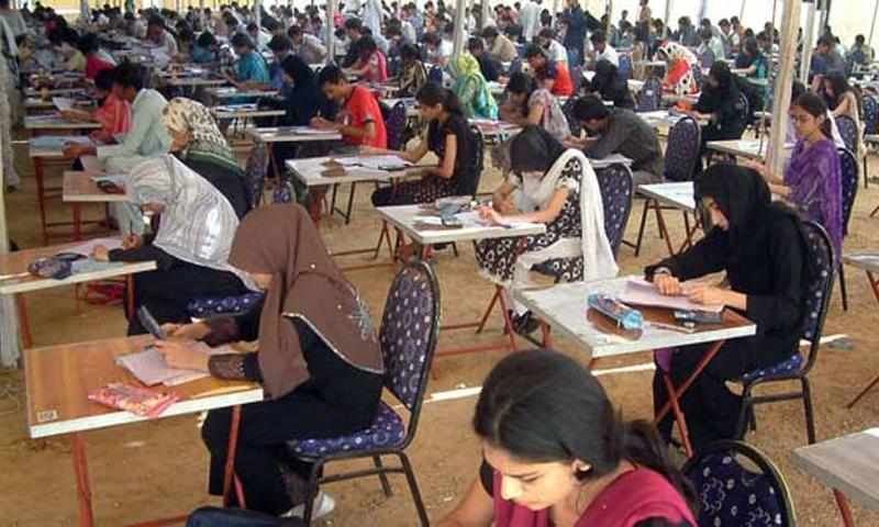 پاکستان کا تعلیمی نظام بوسیدہ امتحانی طریقہ کار اور پڑھانے کے لاحاصل طریقوں کی وجہ سے فائدے مند نہیں رہا ہے — فوٹو اے پی پی