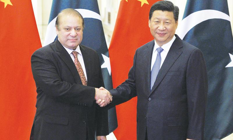 وزیراعظم نواز شریف چینی صدر ژی جنپنگ سے اپنے حالیہ دورہ چین کے دوران مصافحہ کر رہے ہیں — فوٹو اے ایف پی