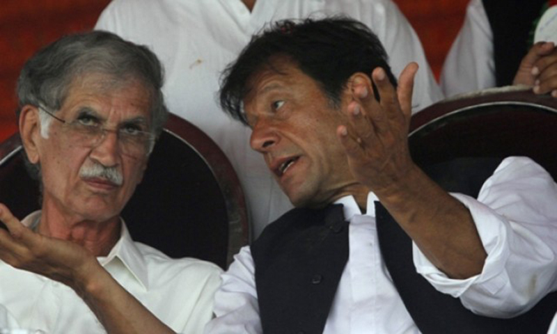 تحریک انصاف کے چیئرمین عمران خان اور وزیراعلیٰ خیبرپختونخوا پرویز خٹک— رائٹرز فائل فوٹو