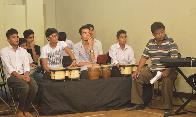 The house band percussionists rehearse with the instructor before the performance. – Photo by author
