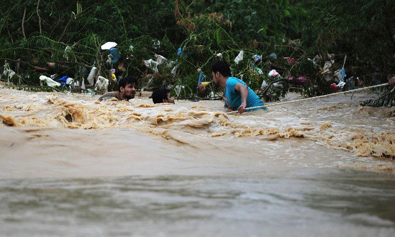 کراچی کے وہی باسی جو ماضی میں بارش کی دعائیں کرتے تھے، اب پہلی بوند سے ہی گھبرا جاتے ہیں—فوٹو اے ایف پی