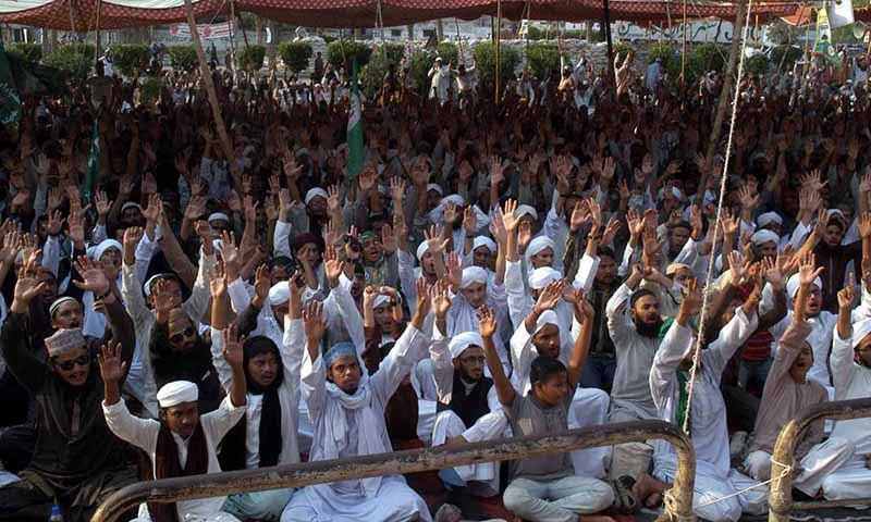 Supporters of Sunni Tehreek Protest against Junaid Jamshed at Numaish Chrowngi in Karachi.— INP
