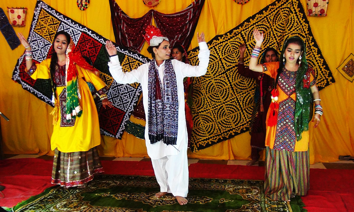 sindhi topi ajrak day Please support us by taking a moment to turn off adblock on dawncom women dance on traditional sindhi songs to celebrate sindhi topi ajrak day outside karachi.